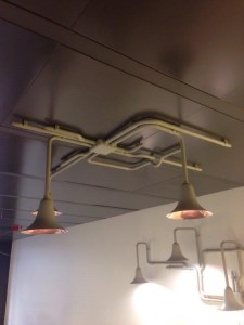 Luminaria en el techo, con los apliques a la vista